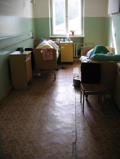 In dem alten Gebäude sind die Zimmer und sanitären Anlagen noch sehr renovierungsbedürftig: Aufgerissene Fußböden, abgebröckelte Wandfarbe, keine Gardinen.