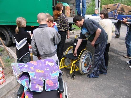 Verteilung von Kinderrollstühlen in der Schule für geistig und körperlich Behinderte.