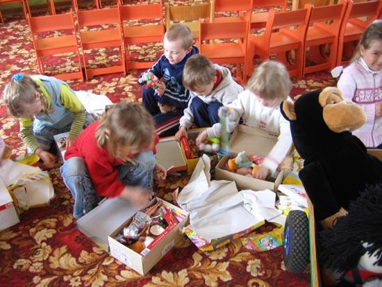 Das Spielzeug und die Kinderkleidung gehen in den Kindergarten, ebenso wie die 30 Wichtelpäckchen, die hier unter lautem Jubel geöffnet werden!