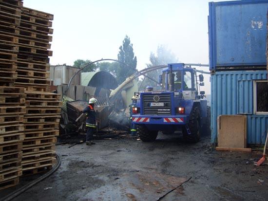 Unser Einsatzauftrag bestand im Auseinanderfahren der Trümmer um ein besseres Ablöschen der Glutnester seitens der Feuerwehr zu ermöglichen.