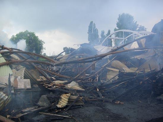 Vor Ort war eine Lagerhalle eines Palettenherstellers komplett ausgebrannt.