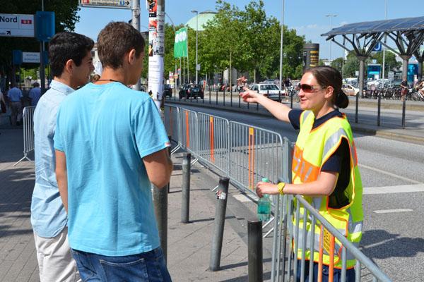 Freundlich und kompetent wurden die Bürger bei der Umgehung der Absperrung beraten.