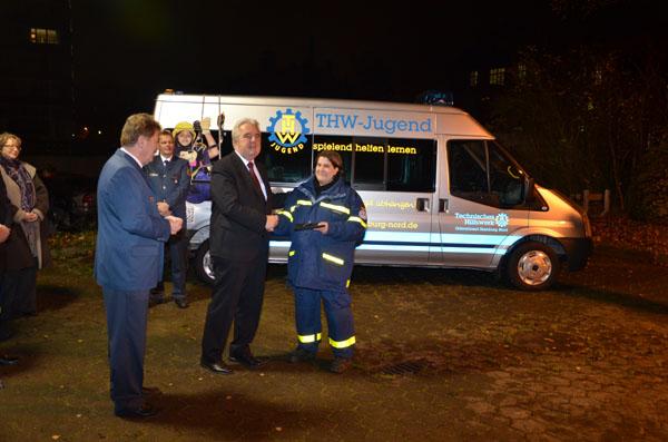 Bezirksamtsleiter Harald Rösler übergibt den Fahrzeugschlüssel an Jugendgruppenleiterin Janina Danylow.