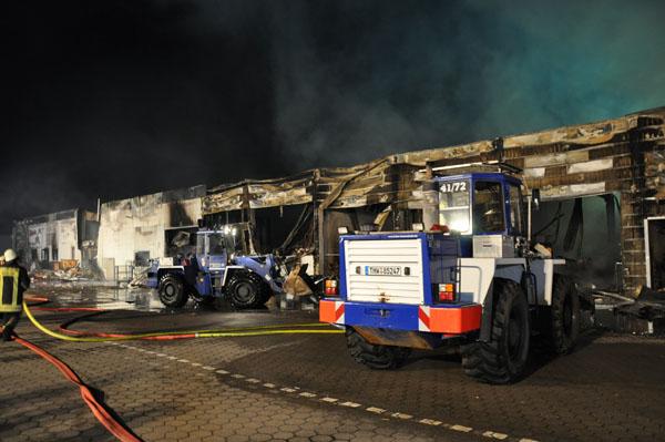 Mit den Radladern aus Barmstedt und Hamburg-Nord wurden einsturzgefährdete Wände eingerissen und Brandgut auseinandergezogen, um die Nachlöscharbeiten zu unterstützen.
