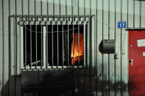 Nachdem das Feuer unter Kontrolle war, mussten viele kleine Brandnester gelöscht werden.