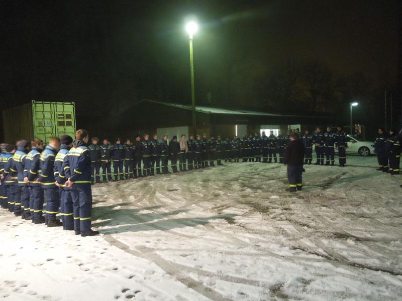 Die THW-Jugendgruppen Hamburg-Altona, -Bergedorf, -Nord und -Wandsbek sind zum Nachtorientierungsmarsch angetreten.