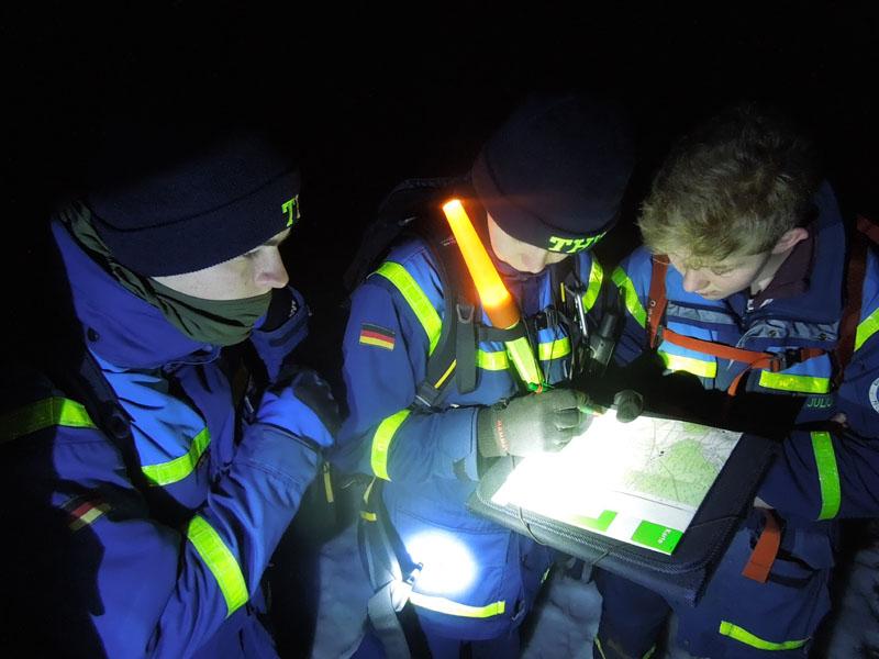 Über Funk erhielten die Gruppen UTM-Koordinaten, die sie mit Hilfe von Planzeiger in topographischen Karten finden und erreichen mussten.