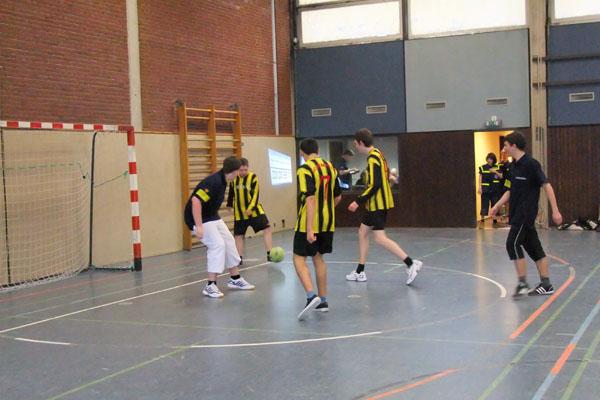 Angriff von gelb-schwarz gestreiften Sumsebienen? Nein, das ist die Mannschaft aus Hamburg-Bergedorf.