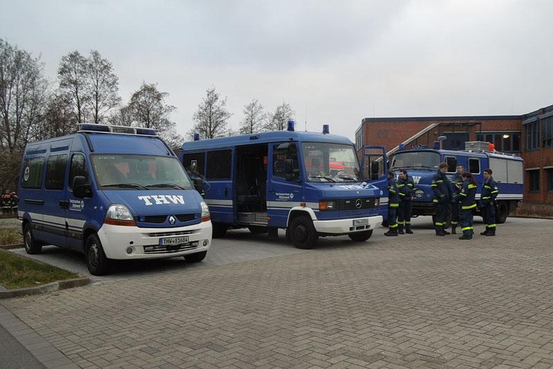 Nach der Alarmierung bei Hochwasser wird zunächst in den Bereitstellungsraum  Berufsschulgelände an der Dratelnstraße verlegt. Von dort geht es dann zu den Einsatzstellen am Deich.