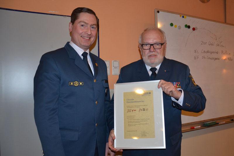 Landesbeauftragter Dierk Hansen überreicht Bernd Balzer die Urkunde Ehrenlandessprecher.
