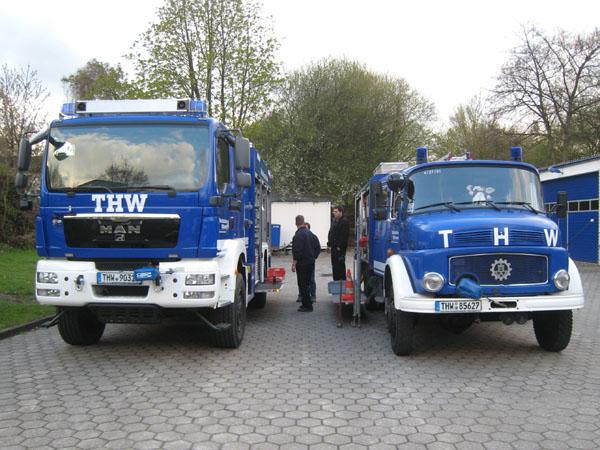 Neuer und alter GKW beim Umladen der Geräteausstattung.