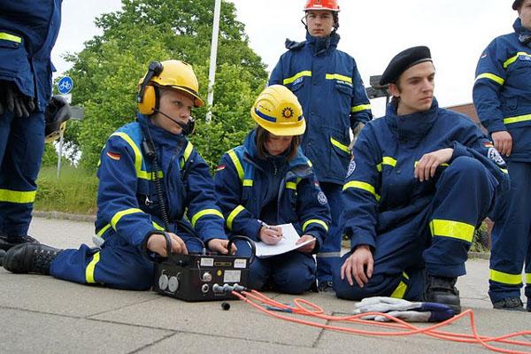 Mit Hilfe der Fachgruppe Ortung des THW-Ortsverbandes Hamburg-Nord durften die Jugendlichen hier die elektronische Ortung ausprobieren, mit der man auch die kleinsten Geräusche im Inneren des Gebäudes lokalisieren konnte.