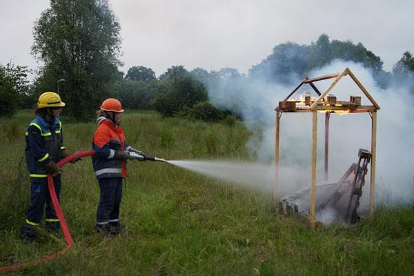 Jugendfeuerwehr und THW-Jugend bekämpften den Brand eines kleinen Holzhauses gemeinsam.