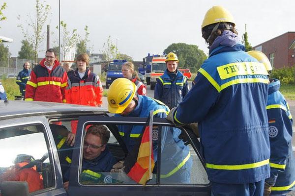 Mit vereinten Kräften versuchten die Jugendlichen die Insassen von zwei verunfallten Fahrzeugen zu befreien.