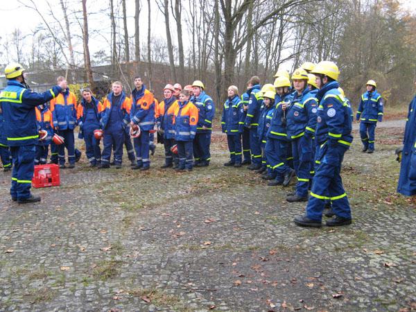 Neben Junghelfern aus dem Ortsverband Hamburg-Bergedorf und -Nord, nahmen auch Mitglieder der Jugendfeuerwehr Rissen an diesem Seminar teil.