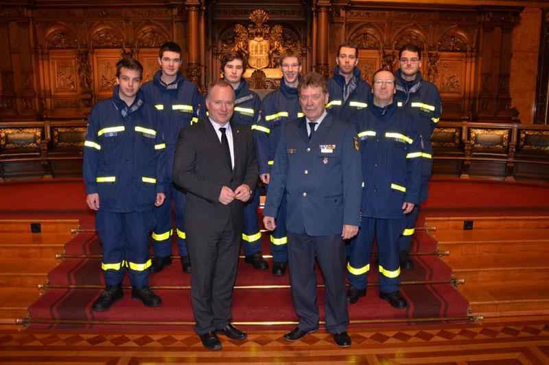 Helfer des Ortsverbandes Hamburg-Nord mit Senator Michael Neumann und Ortsbeauftragtem Dietwald Jager.