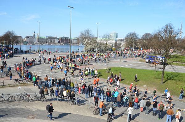 In Zusammenarbeit mit der Hamburger Polizei wurde die Laufstrecke verkehrstechnisch abgesichert.