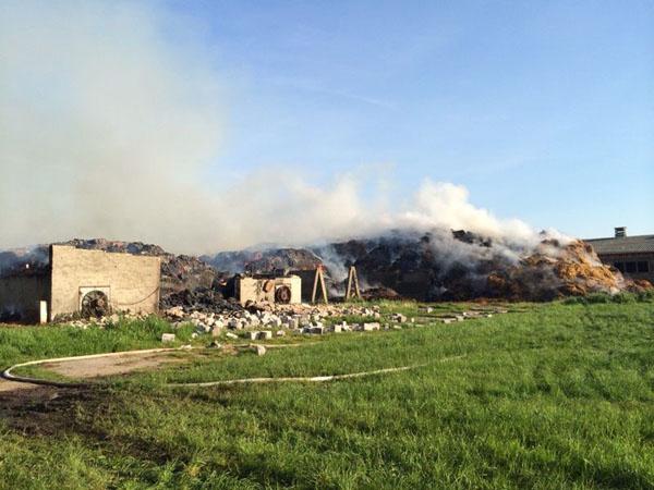 Bei dem Brand einer Strohmiete war auch das Einsatzpotential mehrerer THW Fachgruppen Räumen gefragt.