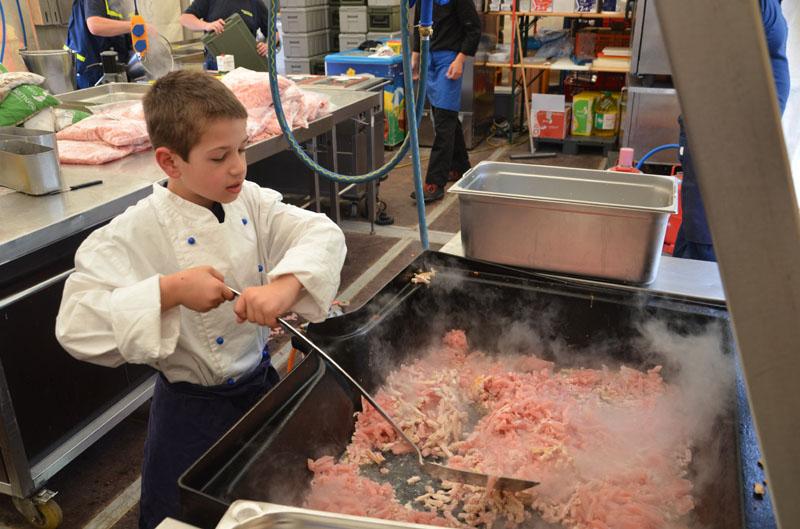 """Beim Workshop """"Kochen?! Kann doch jeder!"""" durchliefen die Junghelfer mit erfahrenen Kochausbildern den gesamten Weg der Entstehung einer Mahlzeit."""