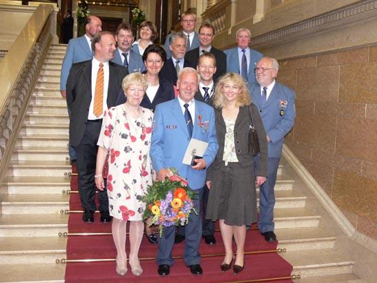 Gruppenfoto mit Gästen im Rathaus.