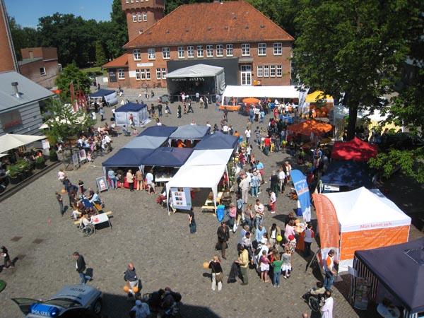 Der Alsterdorfer Markt mit durchgehendem Bühnenprogramm mit Live-Musik.
