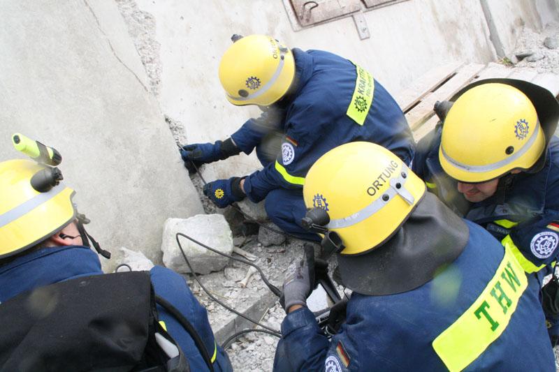 Auch immer wieder einsetzender Regen behinderte die Helfer nicht. Hier erkunden THW-Kräfte einen Hohlraum in einem eingestürzten Parkhaus.