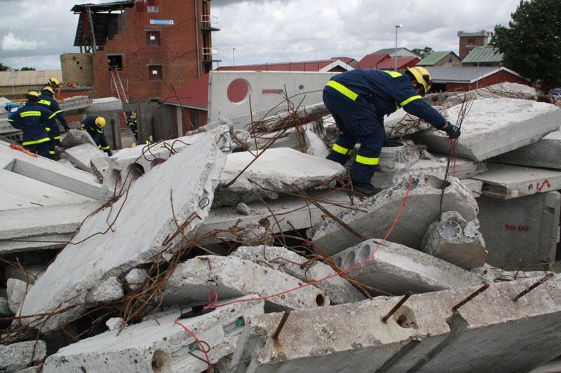Ein bekanntes Bild aus Erdbebengebieten: Helfer suchen in den Trümmern nach Personen.