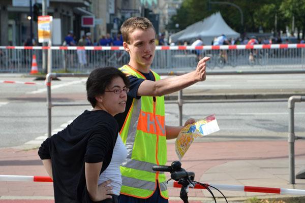 Freundlich und kompetent wurden die Bürger bei der Umfahrung der Absperrung beraten.
