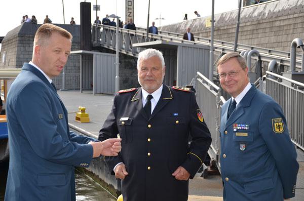 Der stellvertretende Landessprecher für Hamburg Matthias Wolf begrüßt den Präsidenten des Deutschen Feuerwehrverbandes Hans-Peter Kröger und THW-Bundessprecher Frank Schulze.