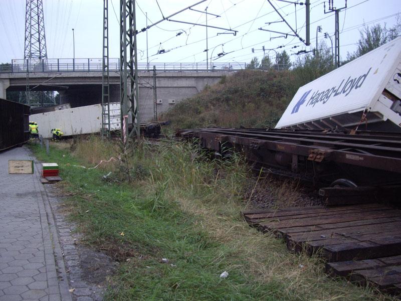 Nach dem Zusammenstoß entgleisten mehrere Waggons und die geladenen Container stürzten um.