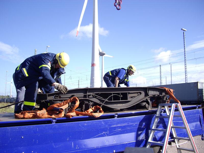 Die sperrigen und verbogenen Stahlteile mussten fachgerecht gesichert und transportiert werden
