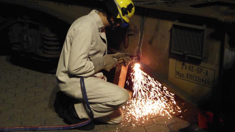 Ein Flachwagen wurde mit dem Brennschneidgerät in drei Teile zu zerschnitten.