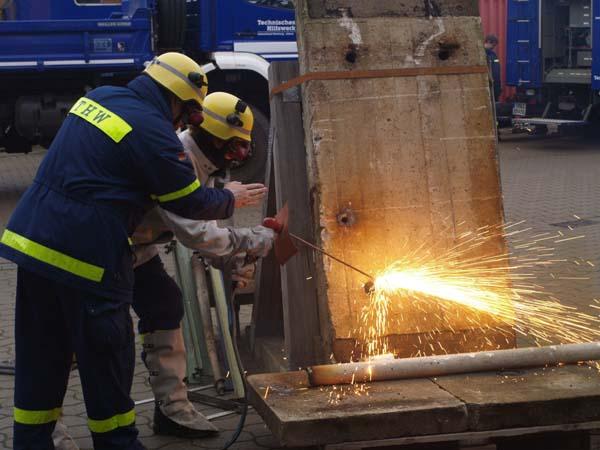 Mit einer Prime Cut Thermolanze wird ein Durchbruch in einer Betonplatte erstellt.