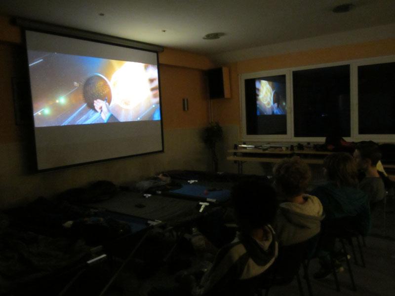 Nach dem Pizzaessen schauten einige einen Film.