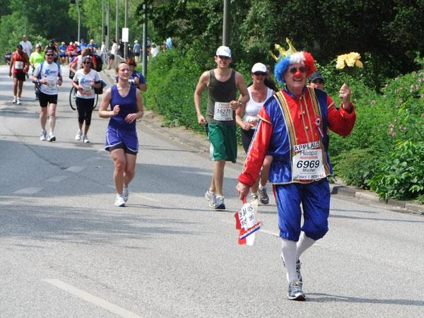 Schrille Teilnehmer gab es auch in diesem Jahr, die trotz großer Hitze, verkleidet liefen.
