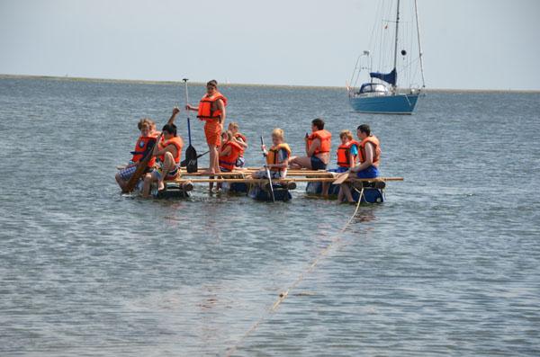 Mit dem Floß wurden Ausfahrten auf dem Binnensee unternommen.