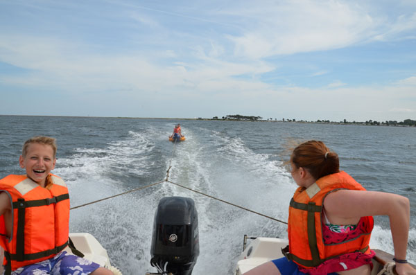 """Ebenfalls kam unsere """"Banane"""" zum Einsatz und sorgte, von einem Motorboot gezogen, für maximalen Schleppspaß."""