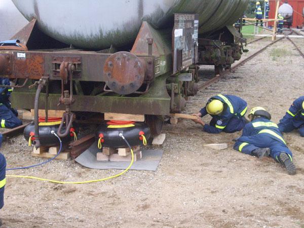 Aufgleisen eines entgleisten Güterwaggons.