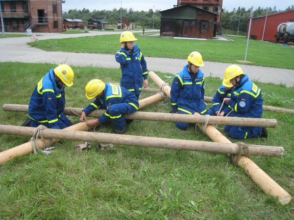 Unsere Jugendgruppe hatte die Aufgabe zugewiesen bekommen, einen Trümmersteg zu errichten