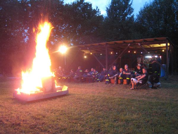 Am Abend fand die Übung dann einen gemütlichen Ausklang bei Bratwurst und Getränken am Lagerfeuer, um das Geübte noch einmal Revue passieren zu lassen.