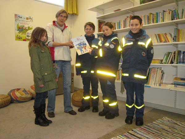 """Als Gastgeschenk überreicht unsere Jugendgruppe an die Lehrerin Frau Schulenberg-Wagner das Buch """"Tom der THW-Helfer – Einsatz in Frankreich"""" für die Schulbücherei."""