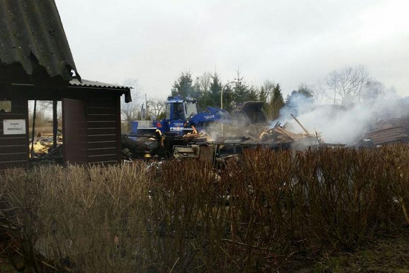 Mit dem Radlader wurde das Brandgut auseinander gefahren und Glutnester freigelegt um ein besseres Ablöschen zu ermöglichen.