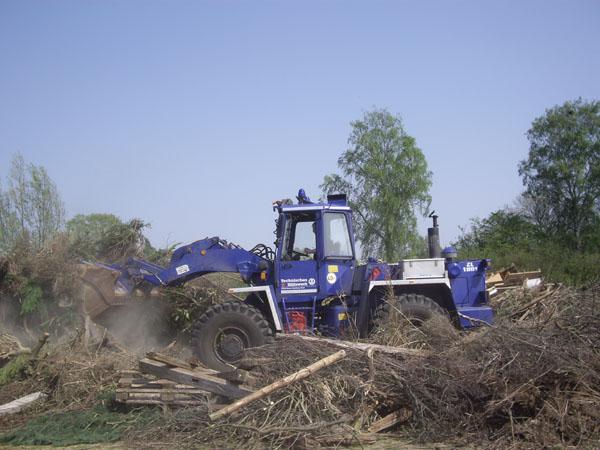 Die beiden Organisationen haben sich am Aufschichten eines Holzhaufens aus Gartenschnitt versucht.