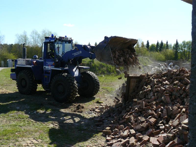 Mit Hilfe der Bergeräumgeräte wurden die Übungsspinne mit Trümmerteilen bedeckt.