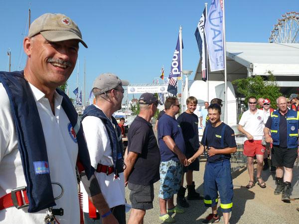 Nach der Morgenbesprechung gratulierten alle Helferinnen und Helfer der Sicherungsboote in einem 150 Meter langen Ehrenspalier vom Regattazentrum bis zum Bootssteg.