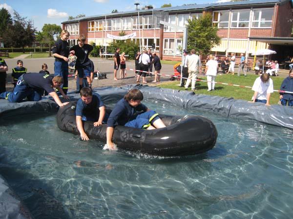 Letzte Aufgabe am Ziel. Ein Wasserbecken musste von 5 Personen so schnell wie möglich überquert werden.