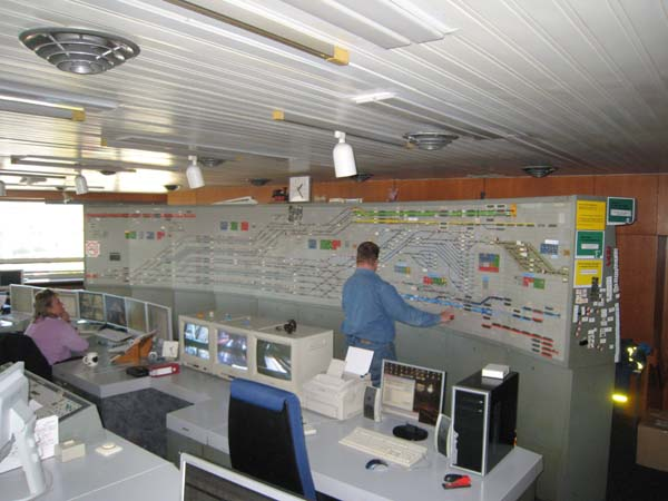 Die Stelltafel umfasst 3600 Gleisbild-Tischfelder, 120 in der Länge und 30 in der Höhe. Sie ist 6,60 m lang und 2 m hoch. Mit ihr kann die Betriebslage im Hamburger Hauptbahnhof und Umgebung überwacht werden.