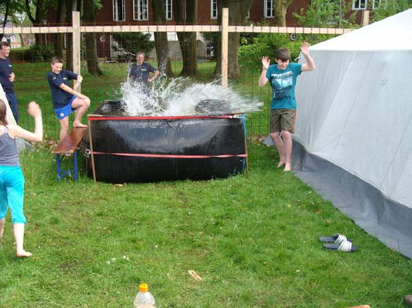 """Spaß im """"Pool"""" zwischen unseren Zelten."""