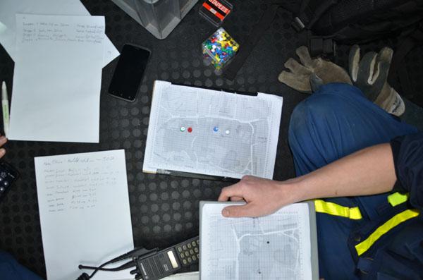 In der Leitstelle wurde eine Lagekarte mit den aktuellen Positionen der Gruppen und ein Protokoll über alle eingehenden und ausgehenden Nachrichten geführt.