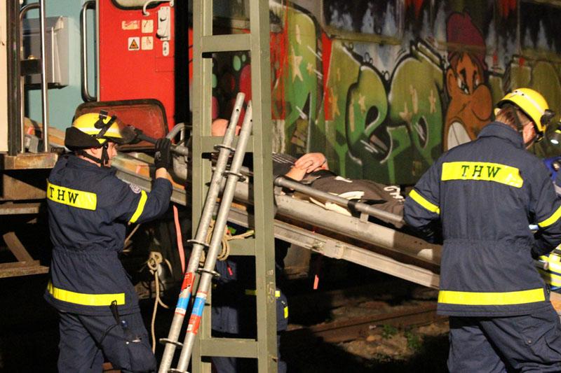 Aus einem Zug werden Verletzte gerettet.